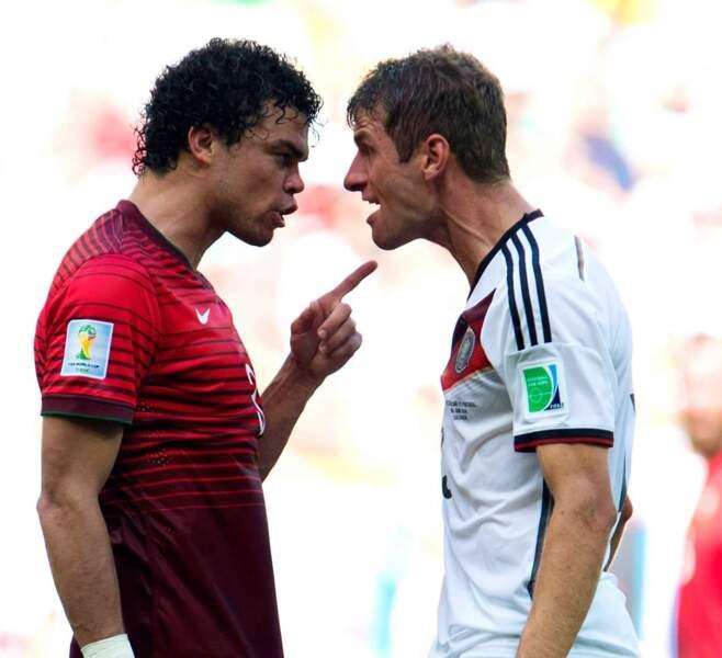 Ambiance sur le terrain entre Pepe et Thomas Müller...Qui a volé les chips de Pepe, hum ?