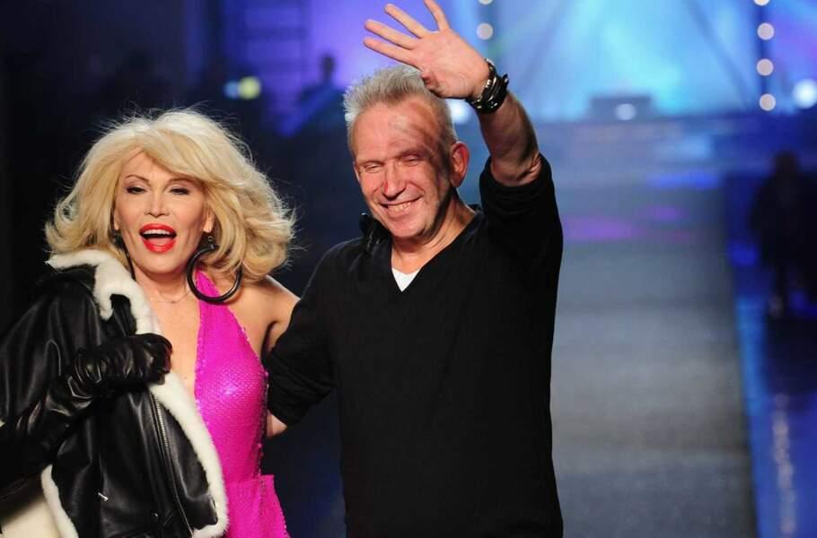 Toute de rose vêtue, l'exubérante Amanda Lear a défilé pour Jean-Paul Gaultier en septembre 2012