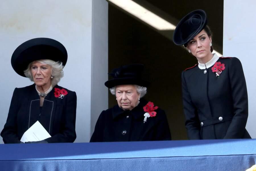 Pour assister à la Remembrance Day Parade, la reine était entourée de Kate Middleton et de Camilla