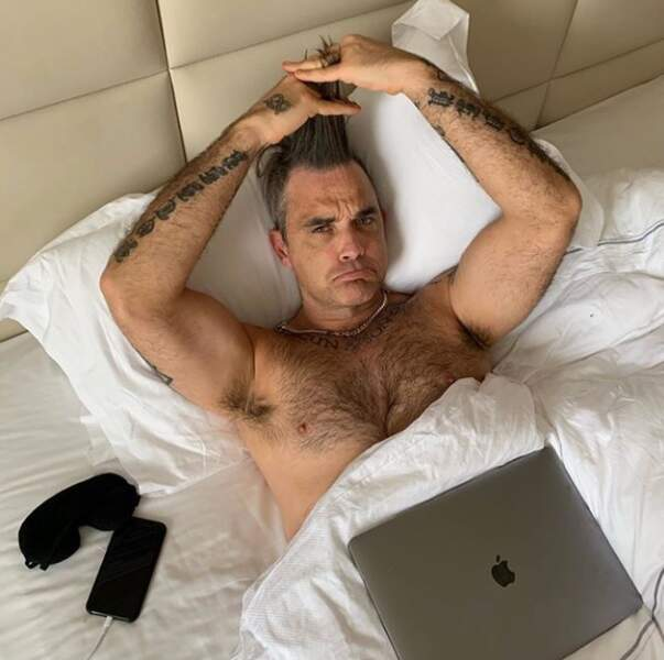 Robbie Williams dit avoir la grippe... Torse nu... En se tirant les cheveux... Fidèle à lui-même, quoi.