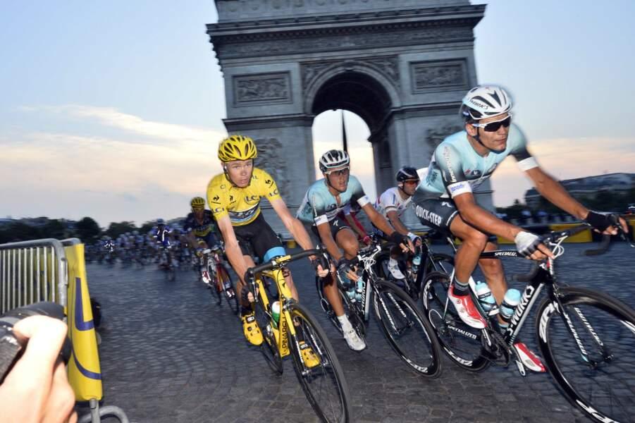 Christopher Froome arrive en héros sur les Champs-Elysées