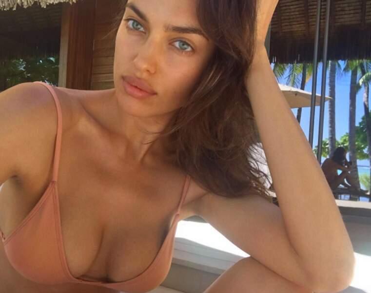 Irina Shayk a opté pour un bikini chair.