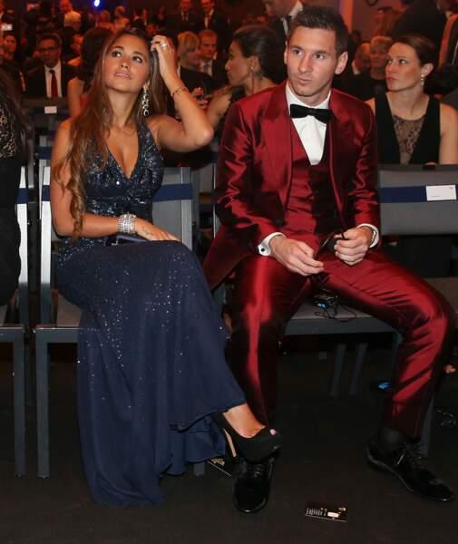 INCROYABLE ! Le costume de Lionel Messi arrive à attirer plus l'oeil que sa compagne Antonella Roccuzzo...