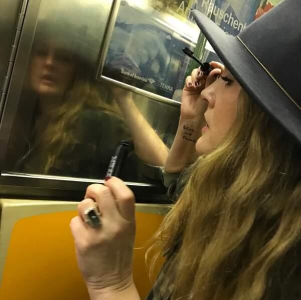 Mais par pitié : arrêtez de vous maquiller dans les transports en commun. C'est trop risqué.