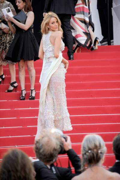 ... Et une petite pose de côté pour admirer sa très jolie robe.