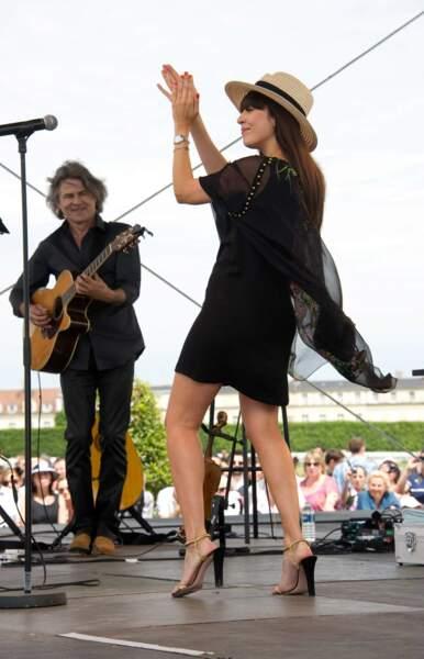 A l'hippodrome de Chantilly, la chanteuse mise pour le total look noir et le chapeau de paille