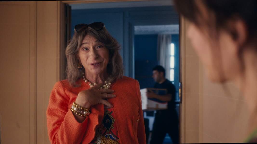 Dans Madame Mills, une voisine si parfaite, Pierre Richard devient Scarlett Mills pour monter une arnaque