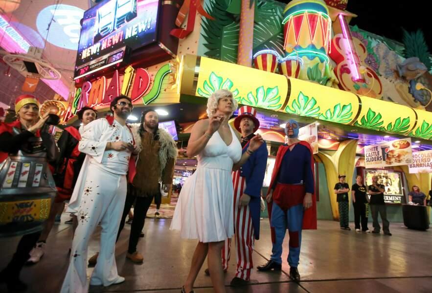La bande se promène le long du Fremont Street Experience, rue couverte par un écran géant et peuplée d'attractions