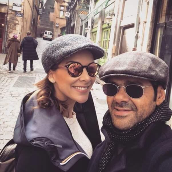 Selfie en amoureux pour Jamel Debbouze et Mélissa Theuriau dans les rues de Lille.