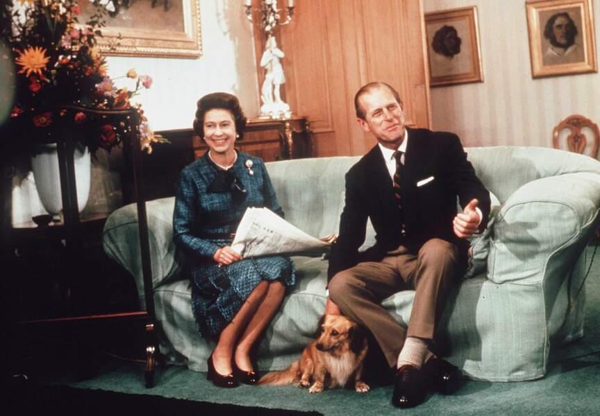 Rester à la maison à Buckingham, c'est bien aussi… mais toujours avec les corgis !