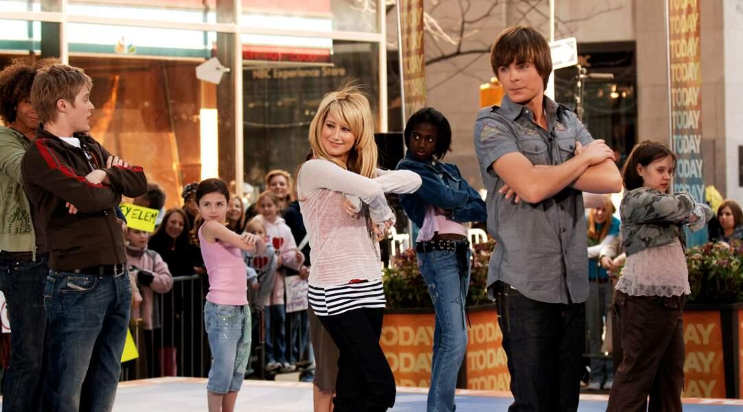 Zac (à droite) et une partie du casting de High School Musical, produit Disney pré-Glee.