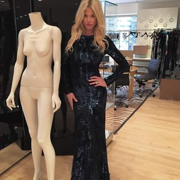Et pendant ce temps, Victoria Silvstedt pose à côté d'un mannequin... Pourquoi pas !