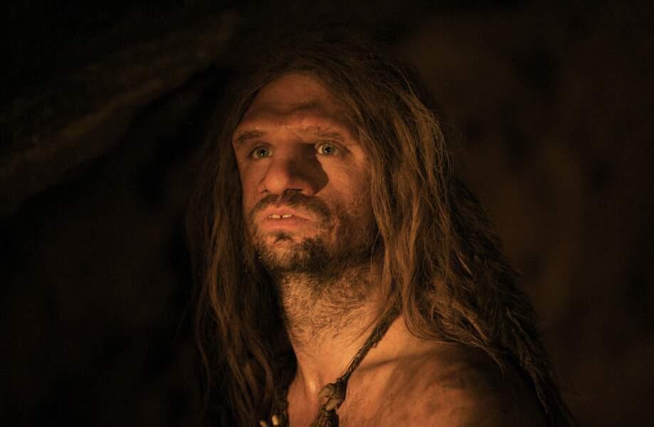 Simon Paul Sutton dans la peau d'AO, le dernier Néandertal (2010)