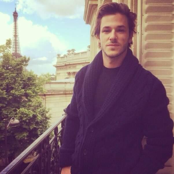 Beau-gosse, l'acteur volerait presque la vedette à la Tour Eiffel