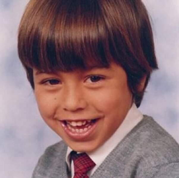 On reste avec les enfants : c'est qui ? Enrique Iglesias. Jolie coupe au bol.