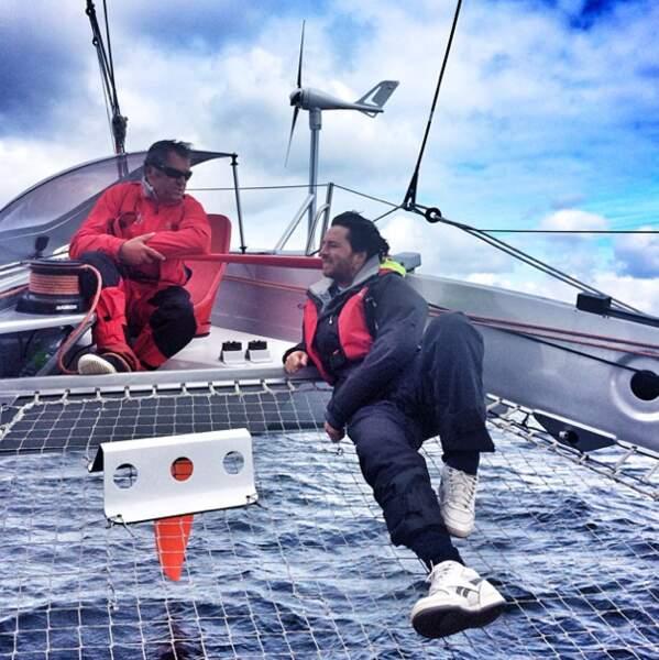 Il se repose tranquilou (et en plein vent) sur un catamaran