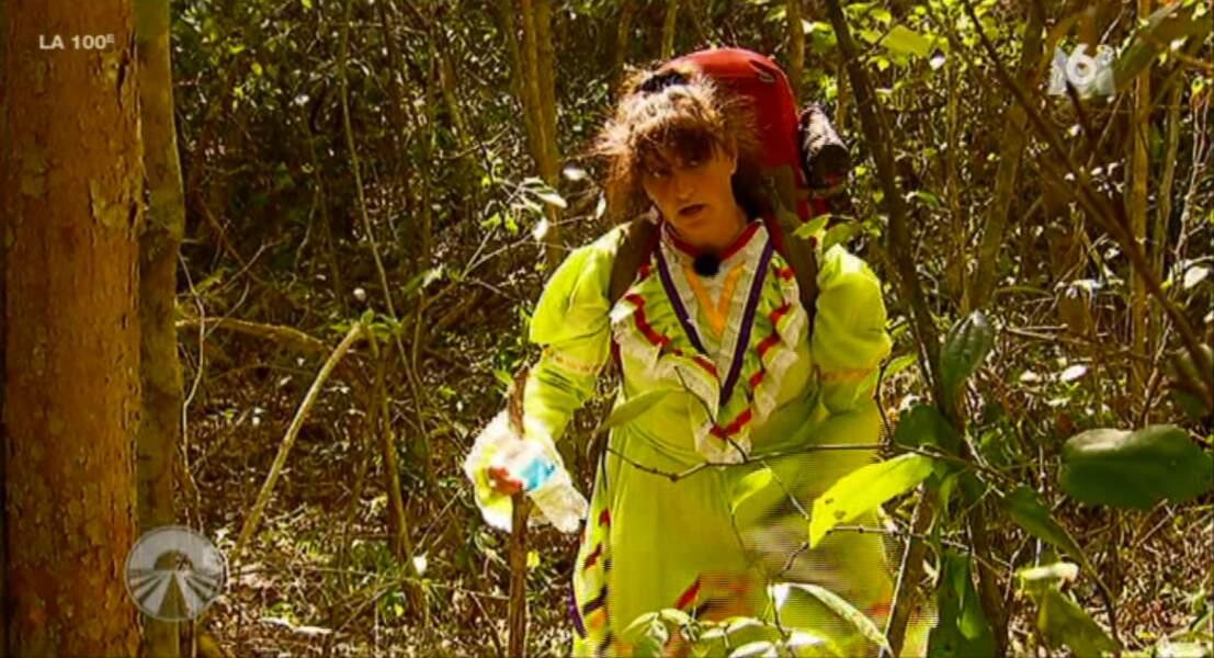 """Forcément Lolotte galère avec sa robe dans la jungle : """"putain de robe de merde"""" précise-t-elle."""