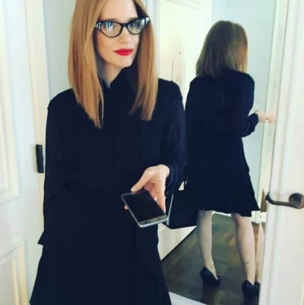 Point mode et beauté : on ne sait pas trop quoi penser des lunettes de Jessica Chastain.