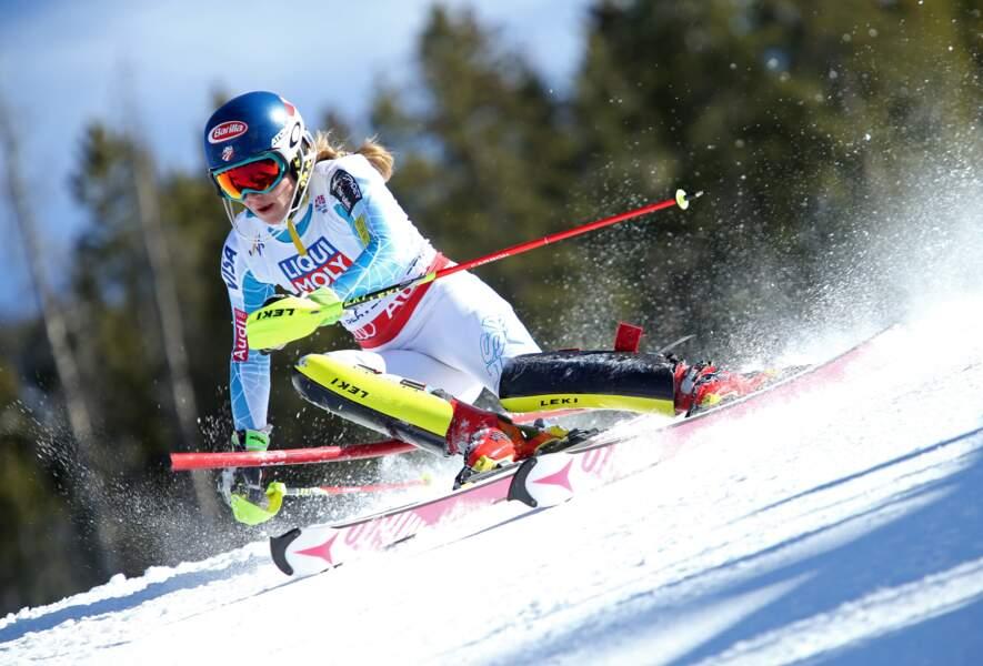 14 février, Mikaela Shiffrin danse entre les piquets. La signature de la sublime et invaincue reine du slalom