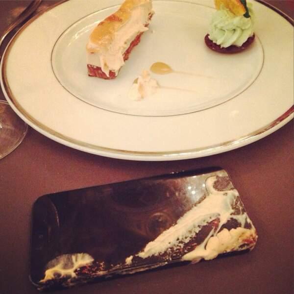 Et quand l'ex-Miss France dîne, son téléphone trinque !