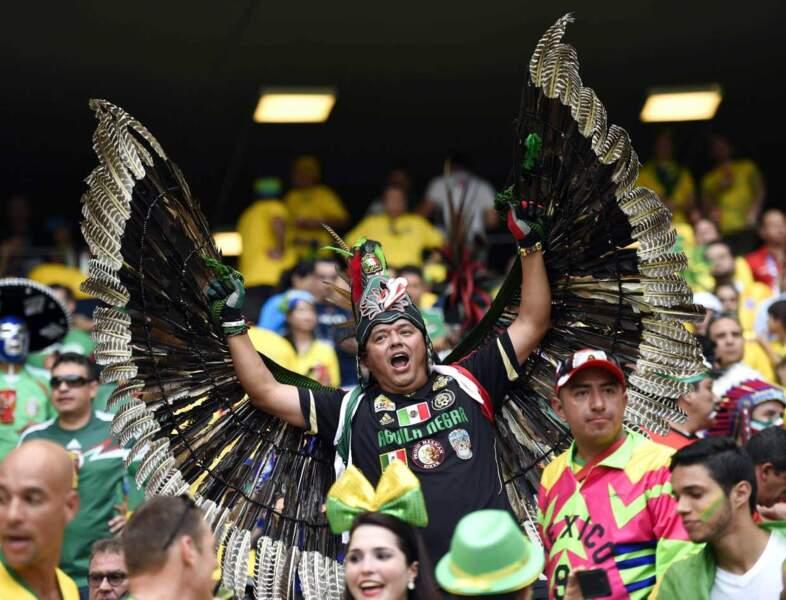 On préfère cet aigle mexicain (pas sûr qu'on porterait la tenue nous, par contre...)