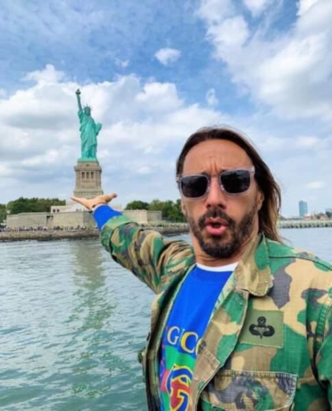 Bob Sinclar nous a fait croire qu'il portait la Statue de la Liberté sur sa main mais on n'est pas dupes.