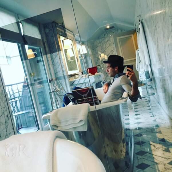 Après le concert, petit bain pour Mika