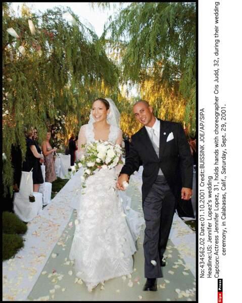 En 2001, Jennifer Lopez épouse le danseur Cris Judd avec cette robe Valentino accompagnée de 10000 roses blanches