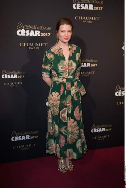 Mélanie Thierry, elle, a misé sur une robe style romantique et les fleurs, ça marche à tous les coups !