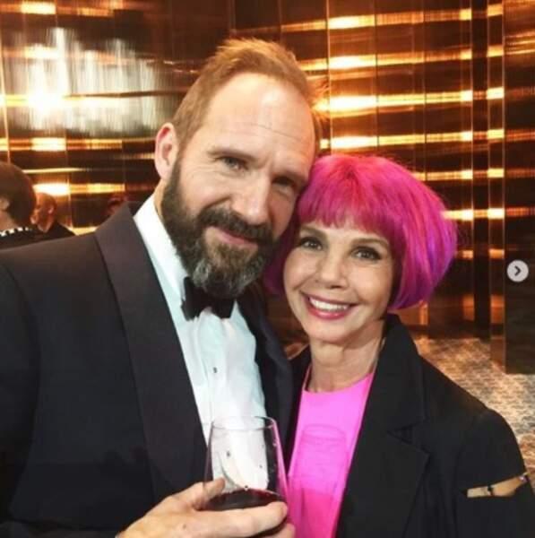 Victoria Abril voit la vie en rose. En même temps, à côté de Ralph Fiennes, ça se comprend.