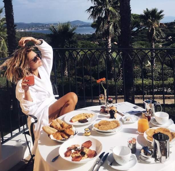 Et Caroline Receveur a profité d'un petit-déjeuner de reine à Saint-Tropez...