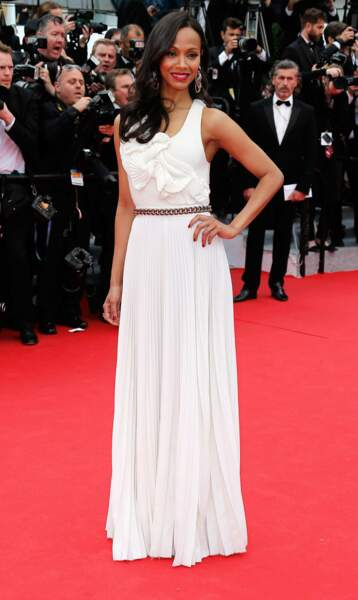 Zoe Saldana (Avatar) habillée d'une jolie robe blanche.