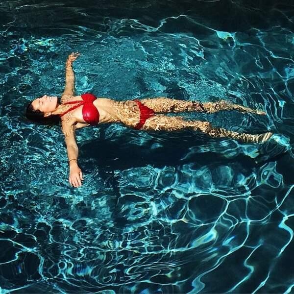 ... Et les femmes fatales dans ce bikini rouge.