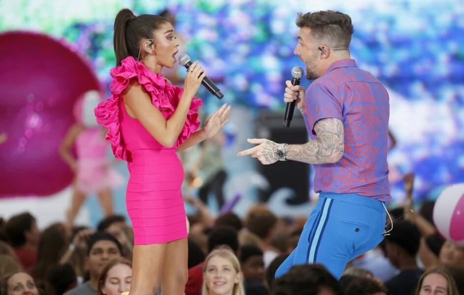 Les fans l'ont ensuite retrouvée sur scène, dans une autre robe, et en tant que chanteuse !