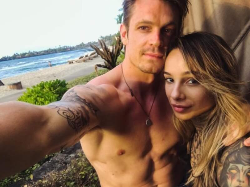 L'acteur est amoureux et marié à une artiste-tatoueuse suédoise, Cleo