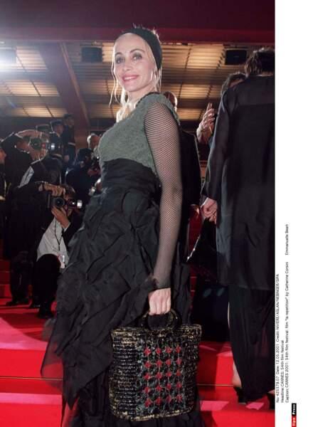 L'actrice française Emmanuelle Béart hésitait entre plusieurs coloris et matières. Du coup bah… voilà quoi! (2001)