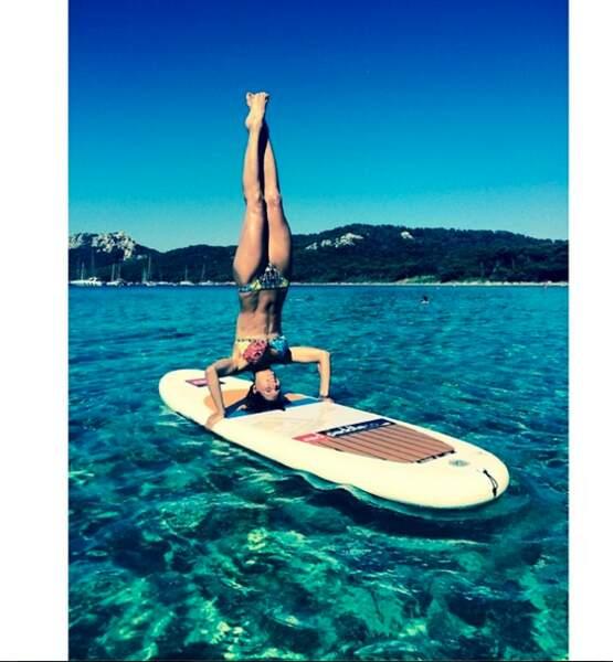 Les maillots de bain de Laury Thilleman résistent à tout : même aux cours de yoga !