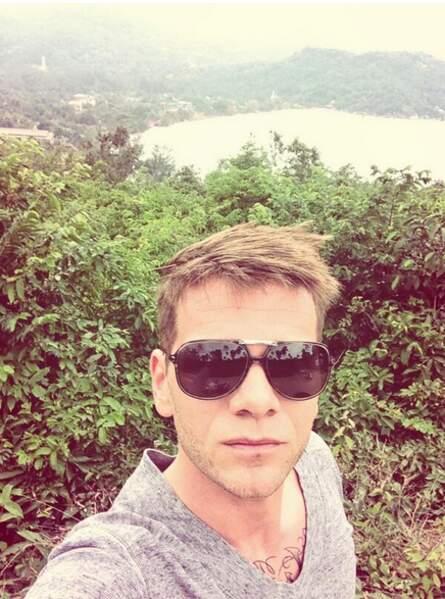 Keen'V a opté pour le selfie en vacances. Rageant !