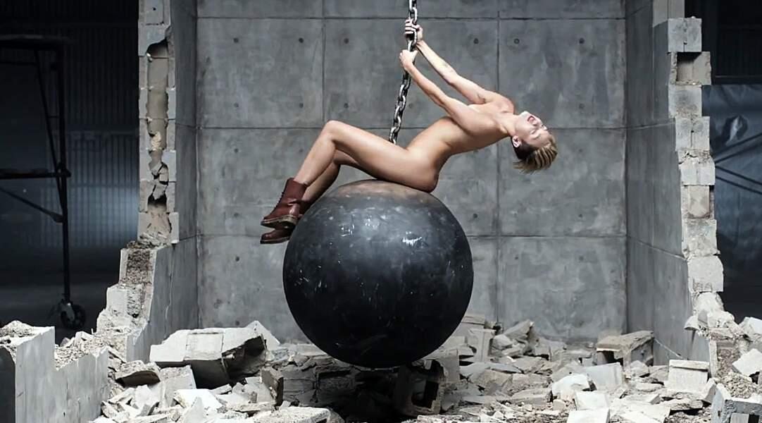 Dans le clip de Wrecking Ball (2013), dirigé par le photographe de mode Terry Richardson, Miley se met déjà à nue.