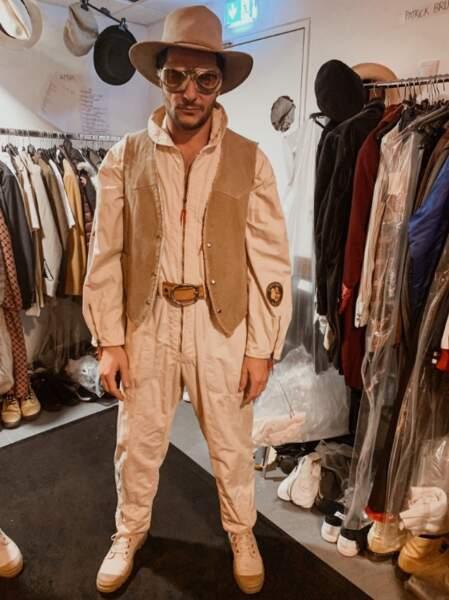 Amir visiblement pas très convaincu par son costume pour Les Enfoirés 2019...
