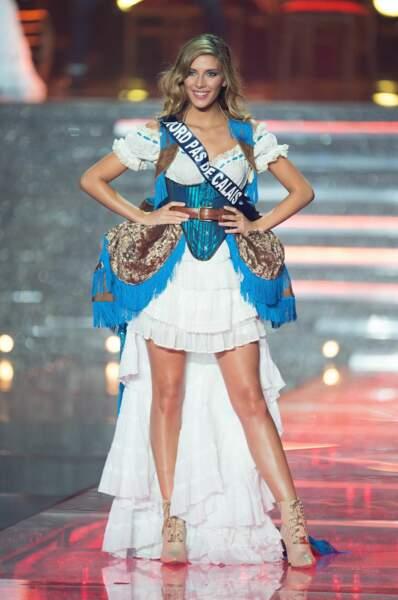 Plus personne ne bouge, Camile Cerf, Miss Nord-Pas-de-Calais, tient la pose western