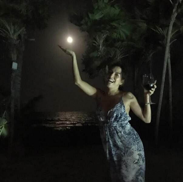 Eva Longoria s'éclate à Tulum. Avec un verre de vin.