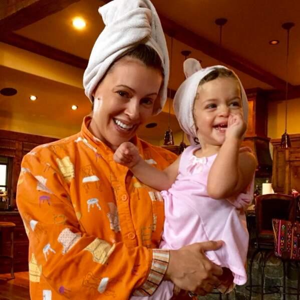 Et telle mère, telle fille : Alyssa Milano et sa fille Elizabella ont le même look après la douche.