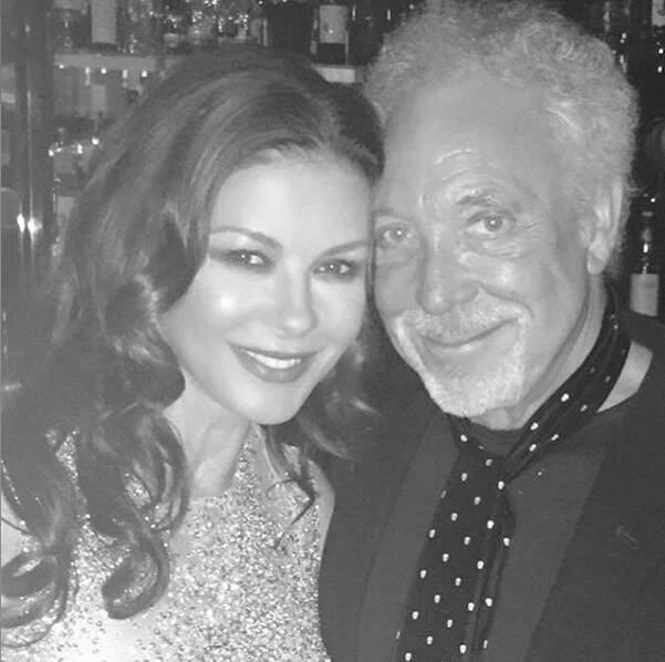 A Londres en juillet, avec son copain Tom Jones qu'elle est venue admirer sur scène