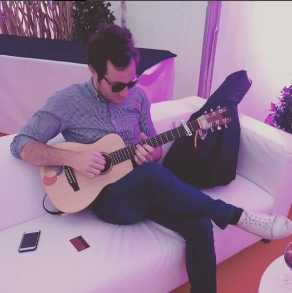 Vianney, en toute simplicité, jamais sans sa guitare !
