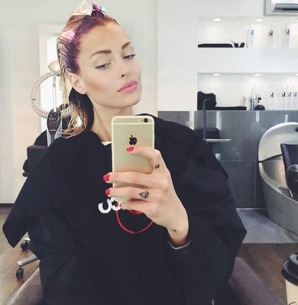 Caroline Receveur, fidèle à elle-même, en train de faire des selfies !