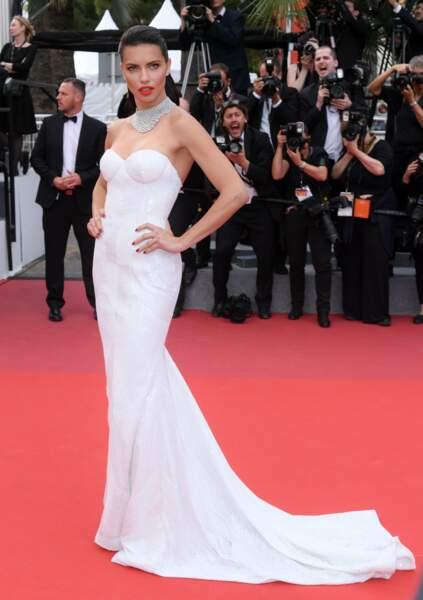 Le mannequin Adriana Lima a, lui aussi, ébloui les photographes dans sa robe blanche