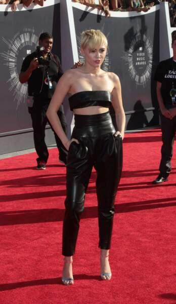 Le total look noir en cuir de Miley Cyrus.