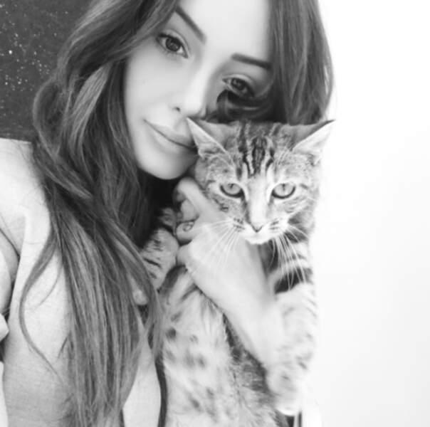 ... qui a également pris le temps de poser avec un chat mignon.