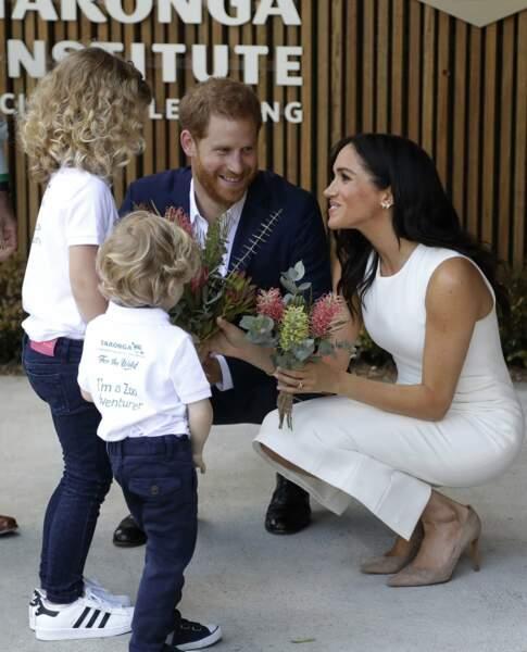 Le prince Harry et Meghan Markle reçoivent des fleurs à leur arrivée au zoo de Taronga